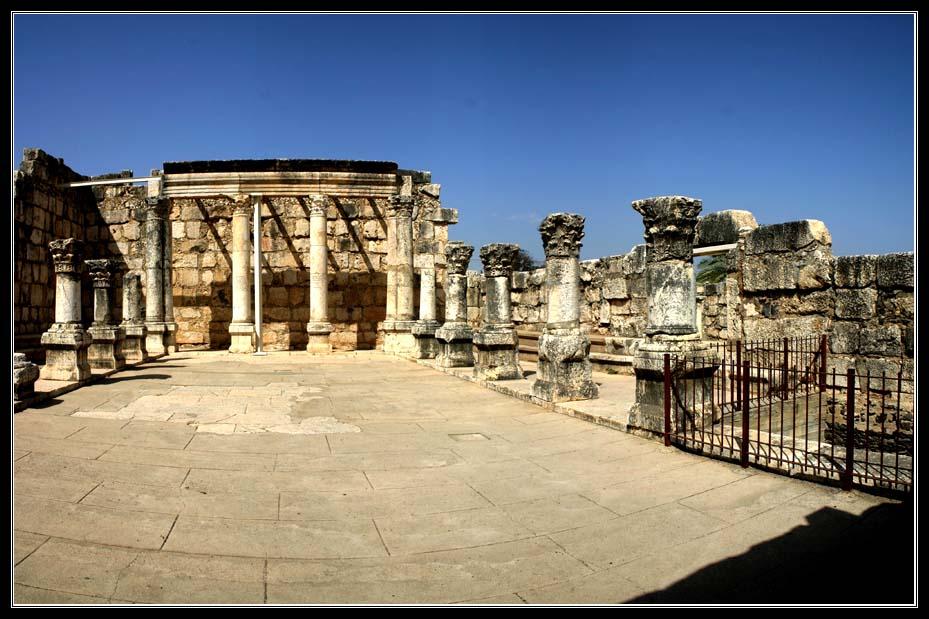 Большая белая древняя синагога в Капернауме