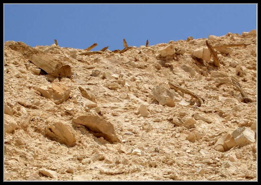 Земляной вал, который насыпали римляне у Масады