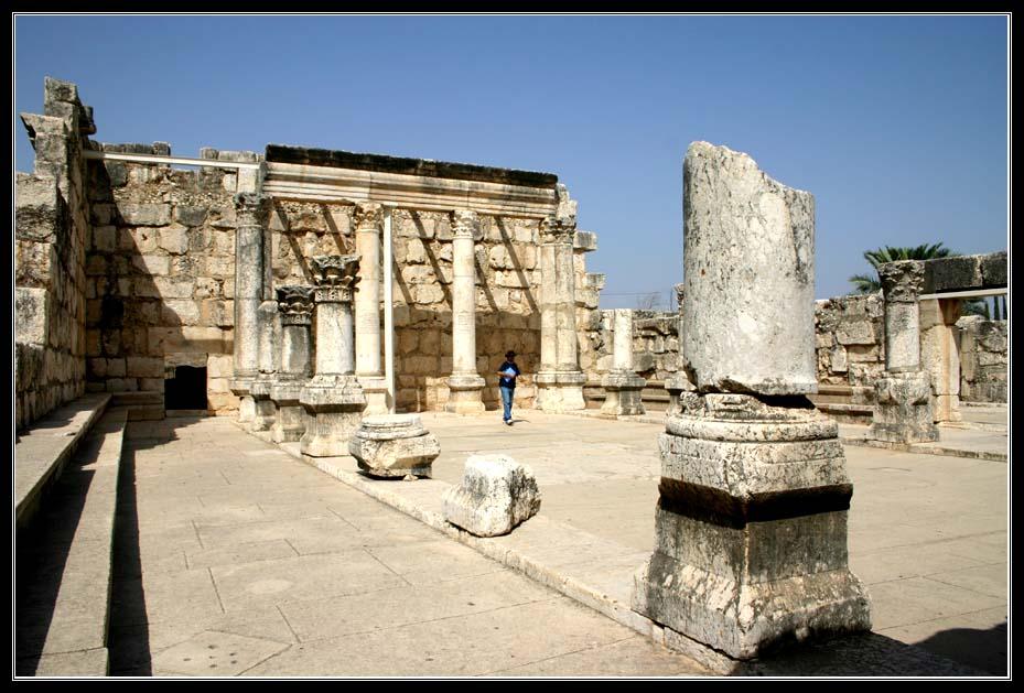 Белая древняя синагога в Капернауме