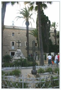 Пирамида у входа в монастырь кармелитов - Стелла Марис - Хайфа