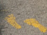 Вадт Ниснас - пешеходный маршрут - маршрут обозначен в виде двух желтых ступней нарисованных прямо на асфальте