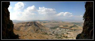 вид из пещеры горы Арбель на гору Нитай - Нижняя Галилея