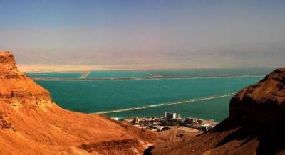 Вид с большого водопада Нахаль Бокек в сторону гостинничного комплекса Эйн бокек - Израиль