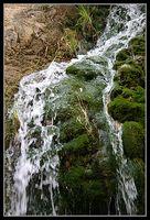 воды водопада в заповеднике ручей давида - Эйн Геди - Израиль