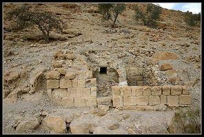 Здание среди сельскохозяйственных терасс в заповеднике нахаль давид - ручей давида - Эйн геди - Израиль