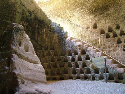 Польска пещера, на стеле надпись оставленна варшавскими солдатами