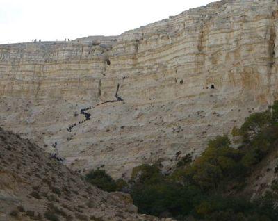 Эйн Авдат - чёрная змейка на горе, это поднимающиеся к вершине люди