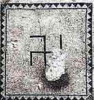 Знак свастики на нижнем слое мозаичного пола в Эйн Геди