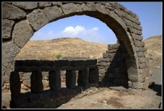 арка подерживающая второй этаж жома в национальном парке коразим - хоразин