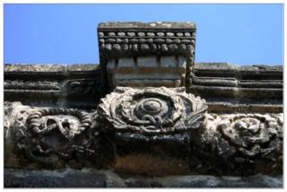 архитектурная часть украшающая второй этаж синагоги - национальный парк коразим - хоразин