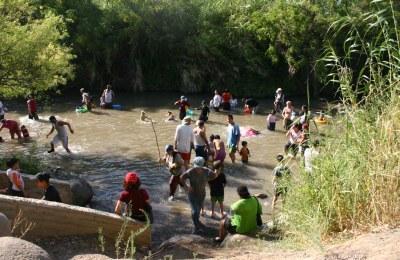 Пятый из подходов к воде являет собой бетонные ступени, спускающиеся в воду, рядом с которыми в тени эвкалиптов стоят деревянные столики, где можно расположиться всей семьёй для отдыха.