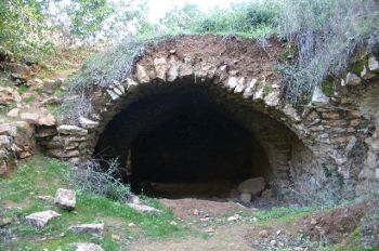 """Нахаль Амуд - """"Над садом останки арочного строения обозначенного на карте как - Бей ха Шейх"""""""
