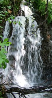 бурное течение воды в водопаде нахаль снир