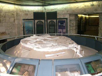 Тель-Мегидо - круглый макет горы, на котором часть строений можно поднять в воздух и увидеть, что сейчас находится на их месте